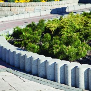 Z minipalisad Meander Bruk-Bet można wykonać obrzegowanie nawierzchni lub budowy schodów oraz rabat kwiatowych. Fot. Bruk-Bet