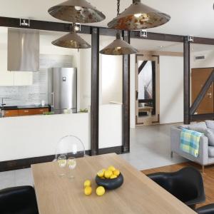 Wnętrze w stylu vintage: strefa kuchni została ujęta w oryginalne ramy i w ten sposób wydzielona wizualnie z otwartej przestrzeni strefy dziennej. Projekt: Marta Kruk. Fot. Bartosz Jarosz