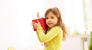Toniebox to zabawny i przyjazny dziecku gadżet. Kolorowa kostka to w rzeczywistości odtwarzacz audio, który umożliwi słuchanie ukochanych bajek, a jednocześnie będzie świetną zabawką.