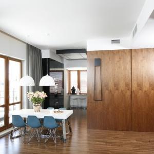 Elegancki rysunek drewna i przytulna atmosfera gwarantowana. Proj. wnętrza HOLA Design.