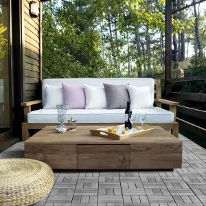 Nowoczesny ogród to także moda na naturę. Producenci nawierzchni betonowych oferują produkty do złudzenia przypominające naturalne drewno, jak widoczny na zdjęciu parkiet ogrodowy. Fot. Bruk-Bet.