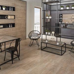Podłogę, ścianę, a nawet blat stołu wykończono takimi samymi płytkami ceramicznymi z efektem drewnianej powierzchni. Fot. Keraben, kolekcja Ardennes