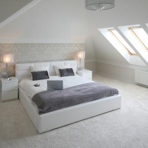 Dzięki oknom połaciowym sypialnia na poddaszu jest pełna światła. Projekt: Karolina i Artur Urban. Fot. Bartosz Jarosz