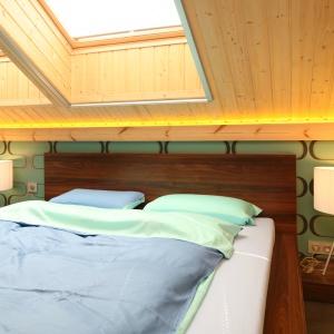 Sypialnia w stylu naturalnym jest bardzo przytulna dzięki zastosowaniu naturalnego, surowego drewna.  Projekt: Tomasz Motylewski, Marek Bernatowicz. Fot. Bartosz Jarosz