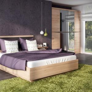 Łóżko Summer marki meble Wójcik w kolorystyce naturalnego, jasnego drewna z delikatnie odchylonym zagłówkiem, którego powierzchnię dodatkowo uzupełnia miękkie wykończenie oparcia. Fot. Meble  Wójcik
