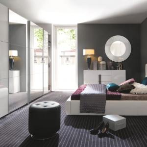 Sypialnia Domenica Black Red White: łóżko z zagłówkiem w jasnej tkaninie dzięki eleganckiemu pikowaniu zyskało charakter glamour. Fot. Black Red White