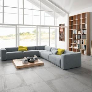 Na podłodze położono płytki mitujące beton z kolekcji Build, ściany pomalowano na biało, a całe wnętrze rozświetla światło dzienne wpadające przez ogromne przeszklenia. Fot. Aparici