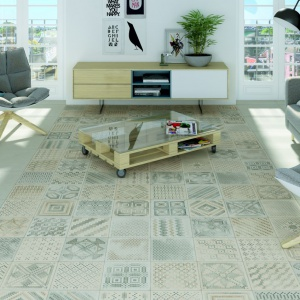 Jasne meble, białe ściany oraz jasno szara podłoga to przepis na przyjemną w odbiorze aranżację salonu. Tutaj dodatkowo urozmaiconą płytkami patchworkowymi. Fot. Vives, kolekcja płytek Basic