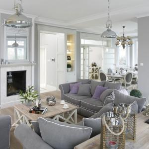 Salon w klasycznym prowansalskim stylu ujmuje przytulnym klimatem, któremy podporządkowano całą aranżację wnętrza. Projekt: Maciejka Peszyńska-Drews. Fot. Bartosz Jarosz