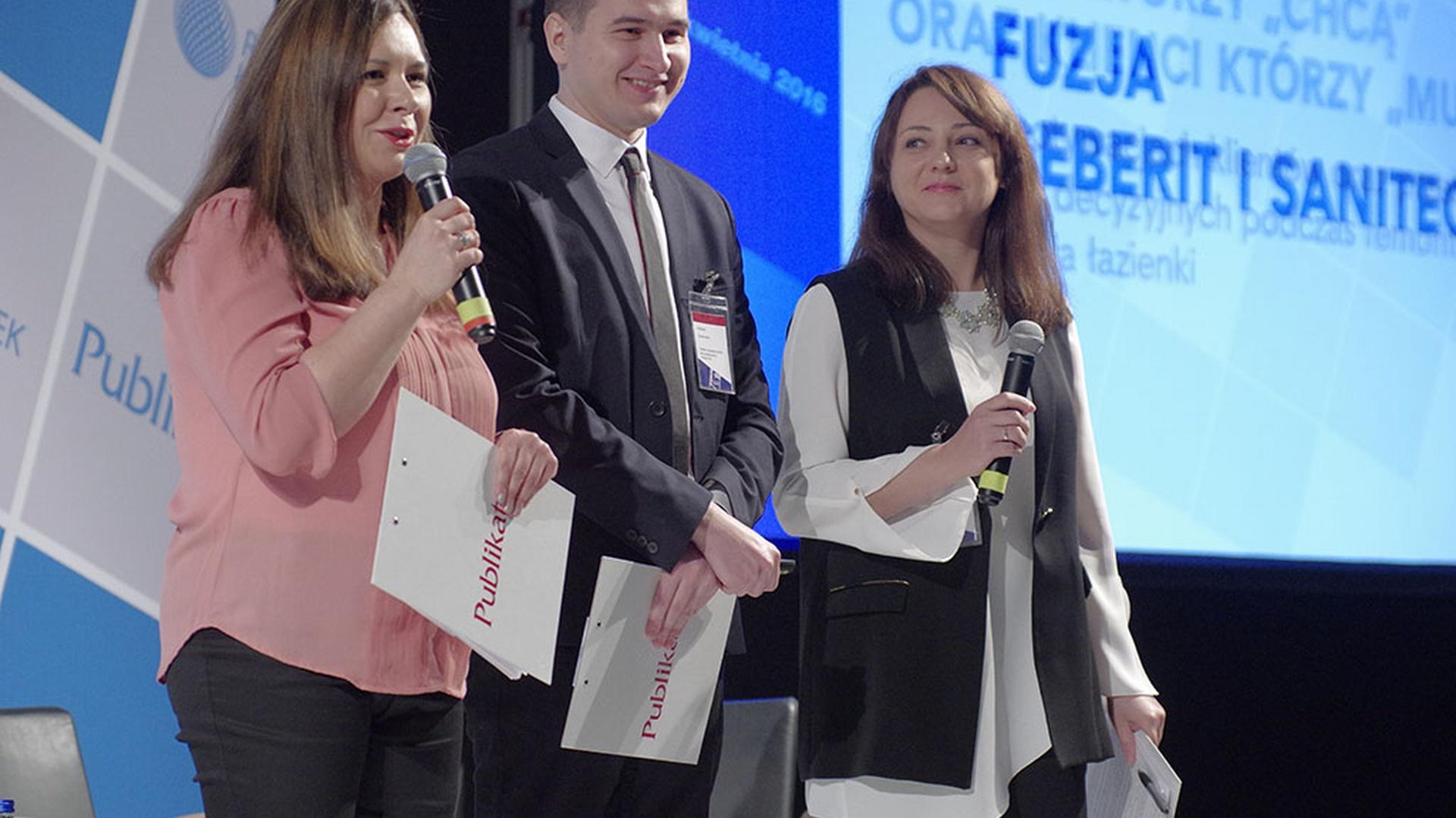 Marta Borowska, Arkadiusz Kaczanowski oraz Anna Raducha-Romanowicz witają gości Forum Branży Łazienkowej. Fot. Publikator