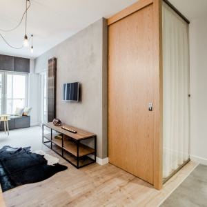 Sypialnię można z jednej strony przesłonić zasłoną, z drugiej - zamknąć za drewnianymi drzwiami. Fot. Nowa Papiernia/Anna Kopec