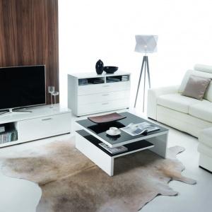 Jasny kolor w salonie można wprowadzić również za sprawą mebli wypoczynkowych i skrzyniowych. Zestawiając je z brązowymi i drewnianymi akcentami otrzymamy świeżą, przytulną aranżację. Fot. Bydgoskie Meble, meble z kolekcji Corano Slide i Soleto.