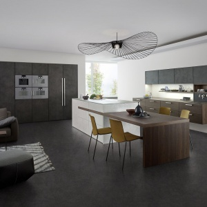 W tej kuchni szare fronty kuchenne są pokryte prawdziwym cementem, nakładanym ręcznie na powierzchnię mebla. Fot. Leicht, kuchnia Topos | Concrete