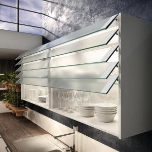 Przeszklone fronty górnych szafek otwierają się niczym żaluzje okienne. Efektowne rozwiązanie jest jednocześnie praktyczne, gdyż tak otwierane drzwiczki zajmują niewiele miejsca. Fot. Wellmann, meble z programu 651 Neo
