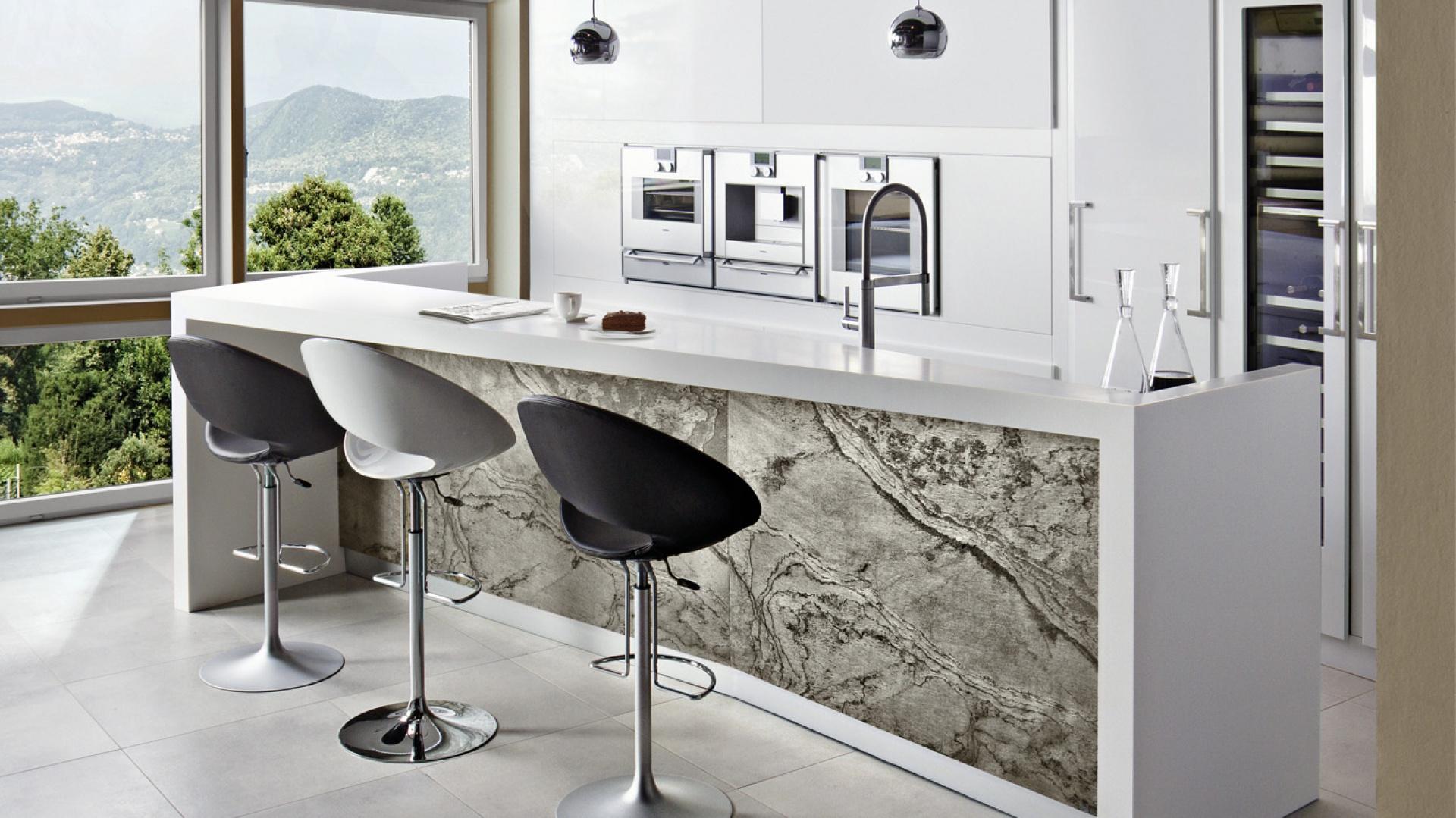W ostatnich latach popularność zdobył fornir, czyli cieniutko sprasowana okleina naturalna. Zazwyczaj jest drewniany, ale w kuchni Liguria wyprodukowano go... ze szlachetnych łupków kamiennych. Fot. Halupczok