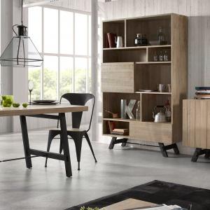 Salon połączony jadalnią w skandynawskim stylu z zacięciem industrialnym. Okna pozbawione są zasłon, drewno obecne jest w formie nie tylko mebli, ale i motywu na ścianie, a całości dopełniają industrialne lampy i ramki na ścianie w czarnym kolorze. Fot. LaForma