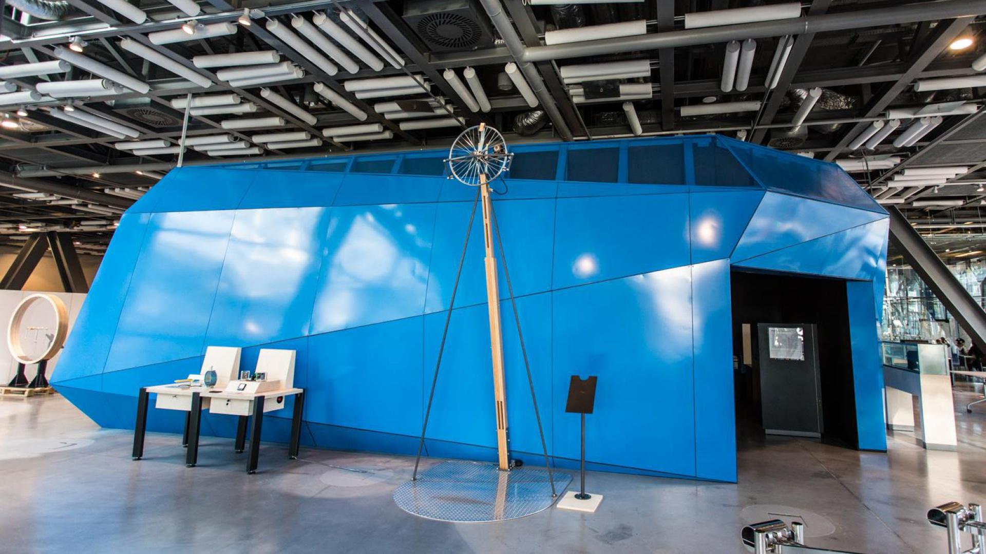 Nawiązujący kształtem do bryły Centrum Nauki Kopernik pawilon, kryje w sobie bardzo dużą różnorodność materiałów. Okładziny wewnętrzne, zewnętrzne i sufitowe różnią się między sobą, tak aby zapewnić zwiedzającym najbardziej optymalne warunki. Fot. Grupa Advertis