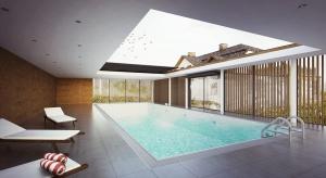 To niewielkie w skali lecz trudne zadanie projektowe polegało na rozbudowie istniejącego, tradycyjnego domu jednorodzinnego krytego gontem, oraz zaproponowaniu nowej, współczesnej formy architektonicznej dla przestrzeni basenu.