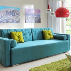 Sofa w turkusowym kolorze ozdobiona została ciekawymi pikowaniami. Fot. Salony Agata