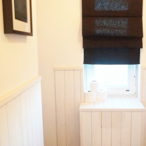 Wąskie niczym korytarz pomieszczenie zostało zaaranżowane na toaletę dla gości: znalazła się tu miska zawieszana Nano marki Cersanit, która ma ergonomiczny kształt – zajmuje bardzo niewiele miejsca.