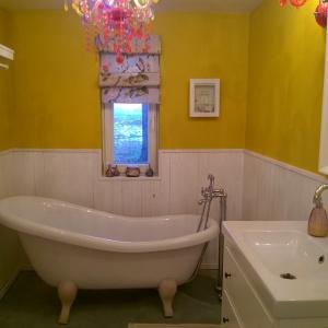 Dorota zdecydowała się na wannę w łazience dolnej, wybrała zdecydowany, mocny kolor ochra – ten odcień żółtego to zdecydowany hit w trendach wnętrzarskich.