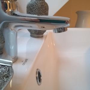 W górnej łazience najważniejszym elementem miała być umywalka nablatowa o wyraźnych, nowoczesnych kształtach.