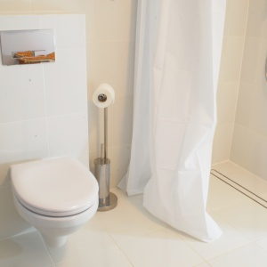 Urządzając łazienkę ze skosami można śmiało zrezygnować z dekorów, mocnych kolorów i zdecydowanych wzorów płytek na rzecz neutralnej bazy.