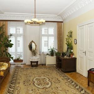 W salonie przed remontem podłogę pokrywa duży, klasyczny dywan. Fot. Iwona Kurkowska