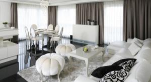 Styl glamour to zabawa konwencjami. Nowoczesne meble w wysokim połysku łączone są z klasycznymi formami, a całość doprawiona błyszczącymi kryształami. Zobaczcie, jak urządzić salon w stylu glamour.