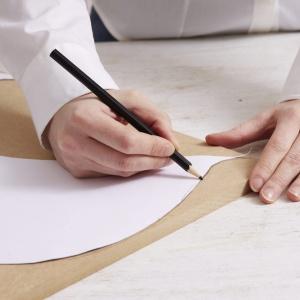 Krok 1: Materiał, z którego wykonany jest ten projekt to zwykła drewniana płyta, którą możesz kupić w markecie budowlanym. Narysuj szablon na kartce papieru A3 i wytnij go. Następnie przenieś szablony skrzydeł na dwa kawałki płyty MDF o wymiarach 40 cm x 15 cm x 3 mm, a pozostałe szablony na dwie płyty MDF o wymiarach 42 cm x 30 cm x 12 mm. Fot. Dremel.
