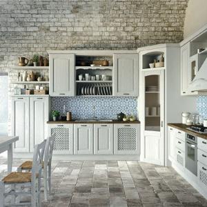 Piękna kuchnia w klasycznym stylu. Odnajdziemy tu wszystkie cechy tej estetyki: są otwarte półki z wyeksponowaną porcelaną, są wyeksponowane uchwyty dekoracyjne, drewniany blat, zdobne frezy i ażurowe drzwiczki. Fot. Aran Cucine, kuchnia Trevi
