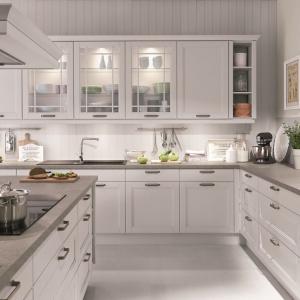 Frezowane fronty, przeszklenia udekorowane geometrycznymi liniami oraz dekoracyjne uchwyty nadają tej kuchni klasyczny charakter. Fot. Nobilia, kuchnia York