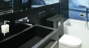 To niewielka, bardzo pomysłowo zaprojektowana łazienka. Na co dzień praktyczna, ale można tu także odpocząć w kąpieli w wannie.