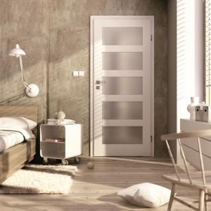 Kolekcje drzwi wewnętrznych utrzymanych w tej samej stylistyce oferują wiele różnorodnych modeli - możemy zatem wybrać je do każdego wnętrza. Fot. Invado, drzwi Bianco Nube