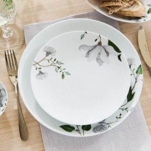 Białą porcelanę zdobią kwiatowe motywy. Fot. Fyrklovern