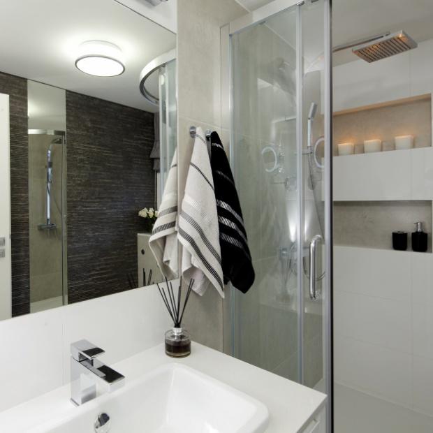 Projekt małej łazienki - 4 metry z narożną kabiną