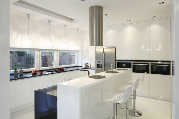 Nowoczesna kuchnia to przestrzeń otwarta, sprzyjająca codziennym kontaktom z bliskimi. Zobacz jak ją urządzić.