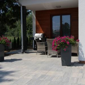 Płyty betonowe VIP to nowoczesne i eleganckie rozwiązanie do tworzenia estetycznych, naturalnie wyglądających, jednolitych nawierzchni. Fot. ABW Superbruk