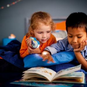 Oprócz tradycyjnej lampki, możemy kupić dziecku latarkę z motywem ulubionego bohatera. Fot. Philips Lighting