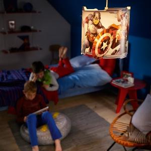 """Małemu mieszkańcowi tego pokoju ciemność niestraszna kiedy pod sufitem zawisła lampa z wizerunkiem bohaterów filmu """"Avengers"""". Fot. Philips Lighting"""