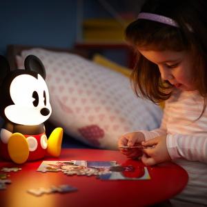 Lampka-myszka miki jest fikuśną dekoracją pokoju, a przy tym zapewnia delikatny strumień światła. Fot. Philips Lighting