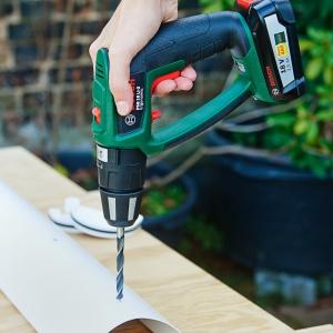 Krok piąty – wykonanie końcowych rynien  Teraz pozostaje już tylko nałożyć końcowe elementy rynny na zamontowane wcześniej otwory. Przed wsadzeniem roślin warto wywiercić otwory w każdej z 5 rynien za pomocą wiertła o średnicy 8 milimetrów (najlepiej zastosować metalowe wiertło do metalu, drewna lub plastiku). W przyszłości przez wyloty będzie wydostawał się nadmiar wody zapobiegając w ten sposób podtopieniom i gniciu roślin. I to wszystko – pionowy ogród jest już właściwie gotowy! Fot. Bosch