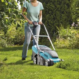 Kosiarka elektryczna PowerMax™ 34E nadaje się do cięcia każdego rodzaju trawnika. Dodatkowo zastosowana nowoczesna technologia przyczyniła się do zmniejszenia ciężaru kosiarki, co umożliwia lżejszą prace nie obciążając przy tym kręgosłupa. Fot. Gardena