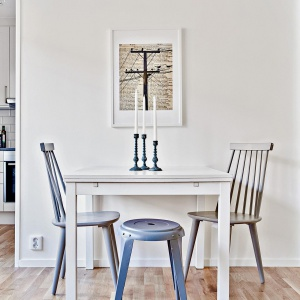 Przy ścianie sąsiadującej z kuchnią udało się również urządzić niewielką jadalnię. Fot. Svenskfast