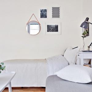 Strefę spania od dziennej oddziela symbolicznie niewielka szafa nocna. Fot. Svenskfast