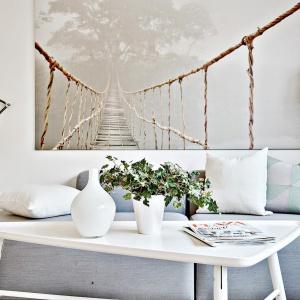 Fototapeta z wiszącym mostem dzięki daleko poprowadzonej perspektywie optycznie powiększa wnętrze, dodając mu głębi. Fot. Svenskfast