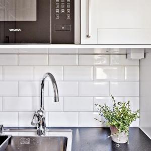 Na ścianie nad blatem położono piękne białe kafle. Fot. Svenskfast