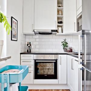 Mimo małego metrażu w kuchni znajduje się wszystko niezbędne do gotowania: pojemna lodówka na żywnośc, piekarnik, płyta grzewcza i kuchenka mikrofalowa. Fot. Svenskfast