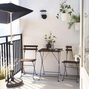 Parasol  BRAMSÖN / FLISÖ z podstawą z oferty IKEA pozwoli zaaranżować na lato nawet najmniejszy balkon. Fot. IKEA