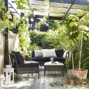 Kungsholmen to elegancki stolik kawowy z oferty IKEA, który uzupełni letnią aranżację tarasu. Fot. IKEA
